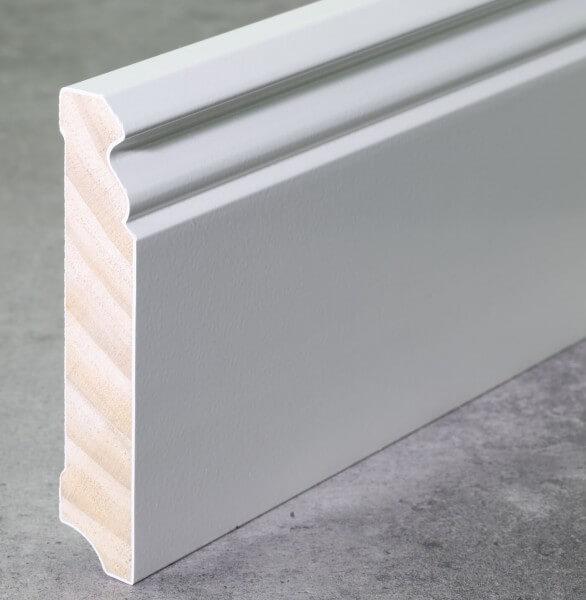 Fußleiste Hamburger Profil 96 x 18 x 2,40 m deckend weiß lackiert · Kiefer Massivholz