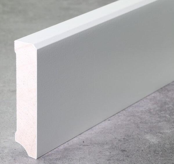 Fußleiste 80 x 18 x 2,40 m deckend weiß lackiert · Kiefer Massivholz